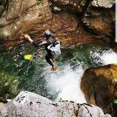 Jummmmp 🙆♂️ @alixrobert prêt à se jeter dans l'eau en tout sécurité grâce à son fidèle compagnon Feelfree 💧😎 #waterproofbag #canyoning #wetbag #aventure #holliday