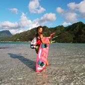 @chaconsorti et son Dry tube tropical ! 🌺☀️ #kitesurf #kitesurfeuse #summer #sacetanche #sportswear #tropical